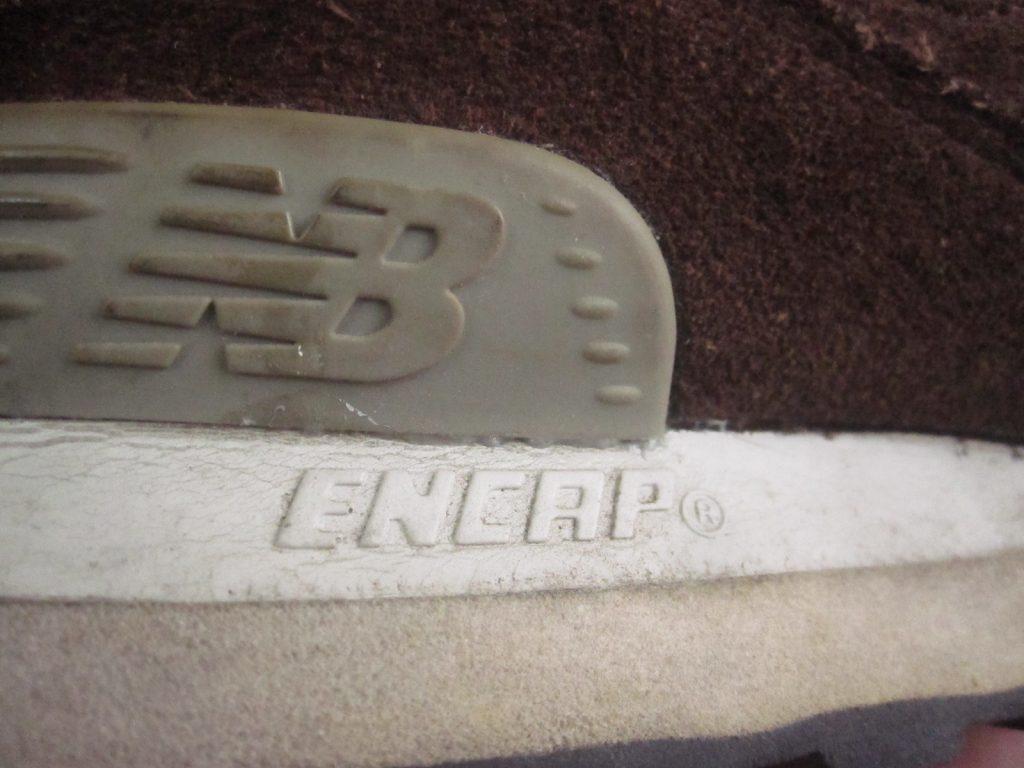 金属・コンクリート用の強力ボンドで靴底の剥がれを修復したNew Balance