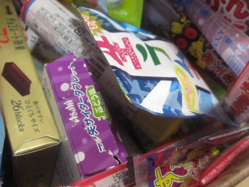 ラムネ、飴玉、チョコレート、ゼリーなど多種多様なお菓子が盛りだくさん