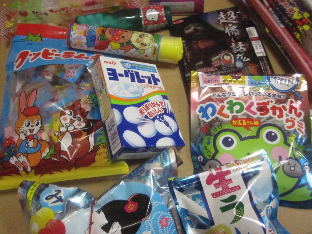 スーパーやコンビニ、駄菓子屋で購入してきたお菓子がズラリ