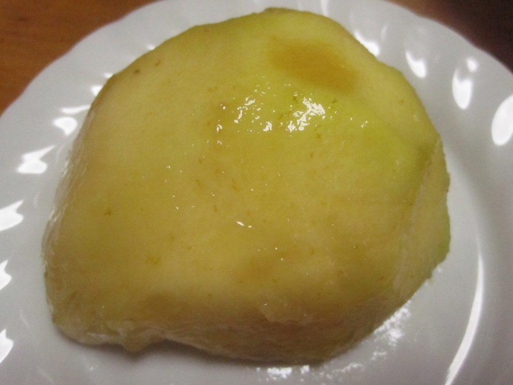 完熟を過ぎた桃・梨のような外見のホワイトサポテの果肉