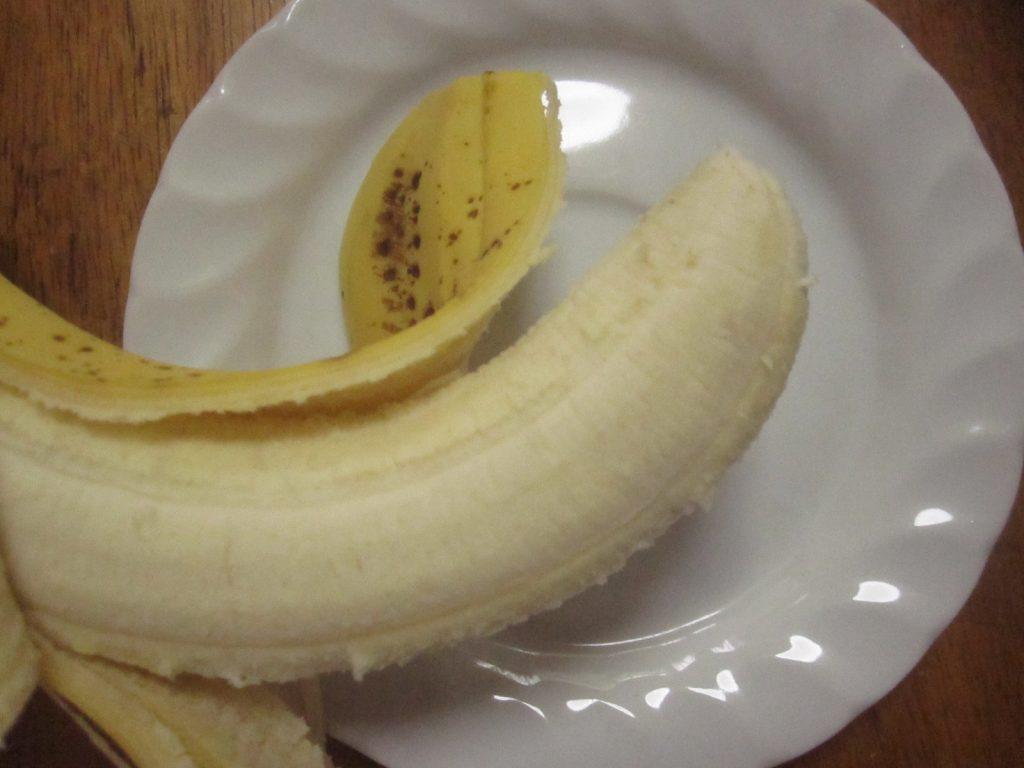 バナナの皮を剥く様子