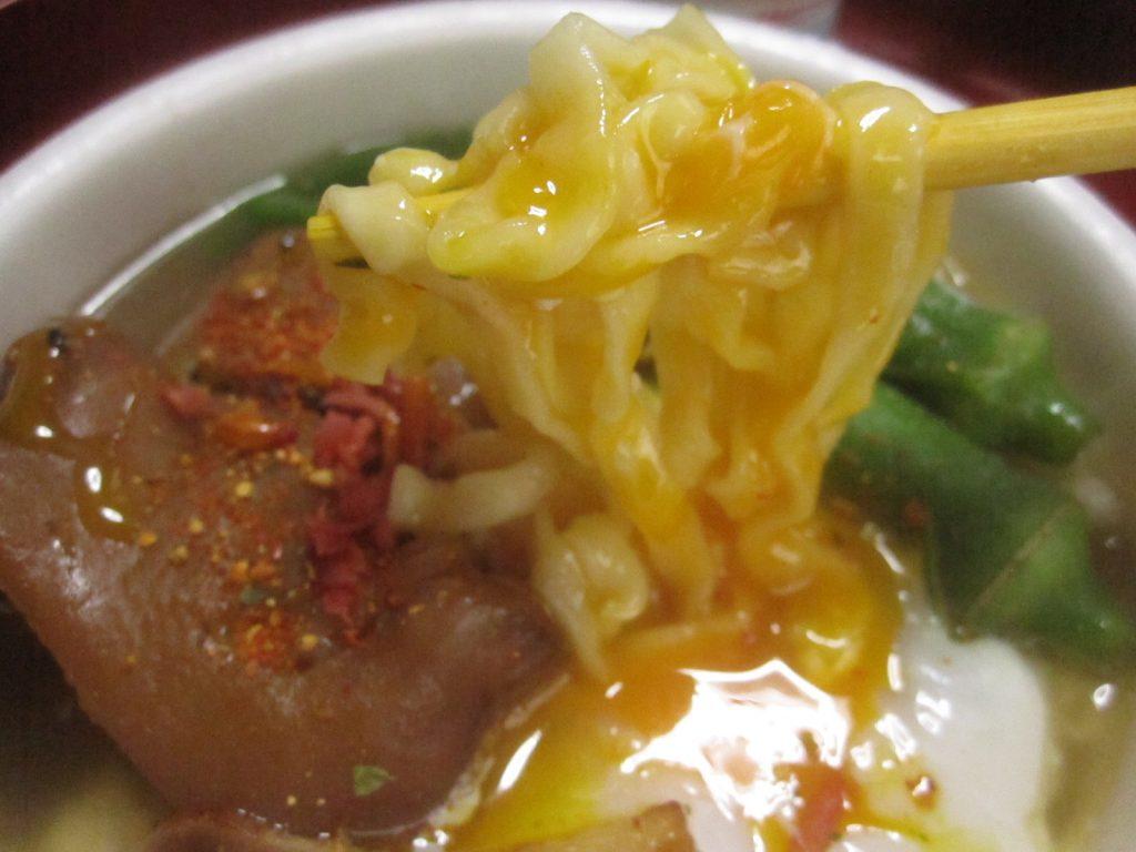 卵の黄身を沖縄そば麺に絡ませると超美味しそう!