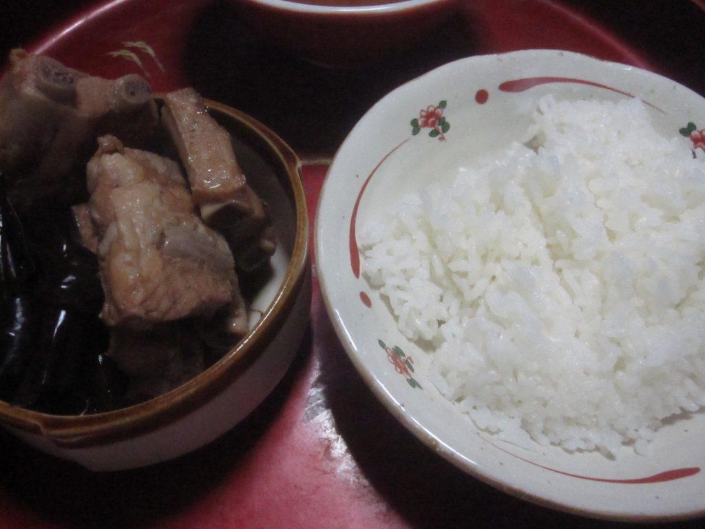 沖縄そば、白米ご飯、豚肉と昆布