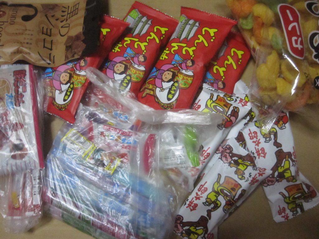 大量のお菓子を大人買いした
