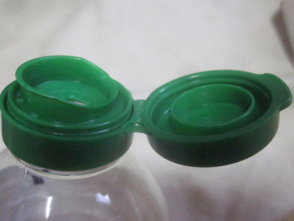 ペットボトル容器のキャップ取り外しにも挑戦する