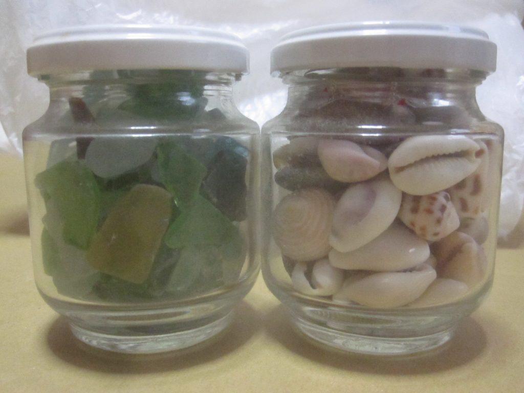 海岸で採った貝殻やビーチグラスをガラス瓶に詰めて飾る