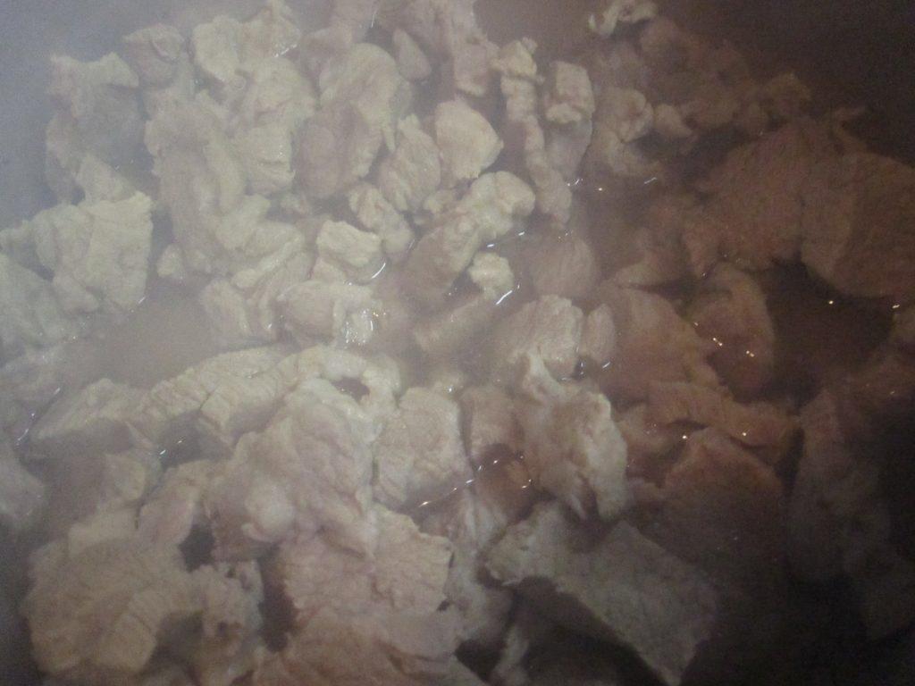 塩味のみで味付けした大量の豚バラ肉