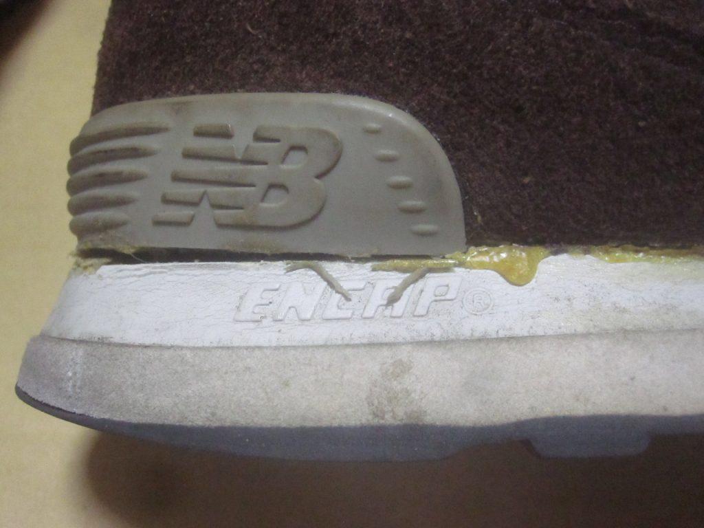 NB ML574の右靴のソール接着に使用したボンドG17が乾いて黄色くはみ出ている