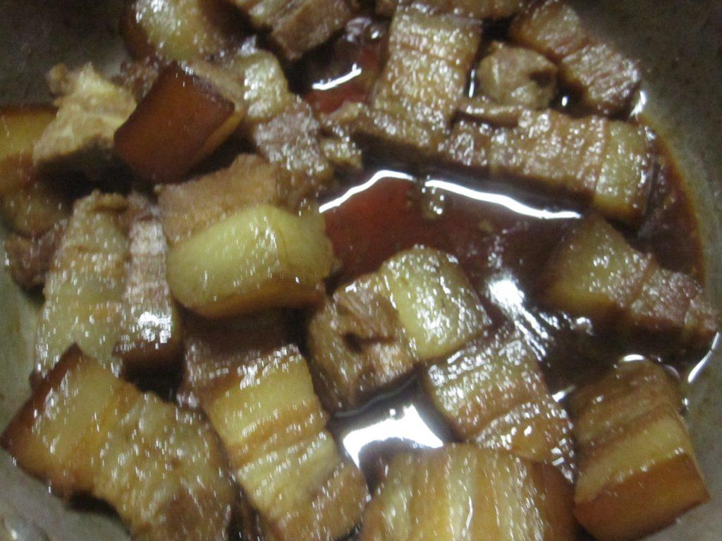 翌朝、濃い茶色に染め上がったブタの三枚肉が完成した