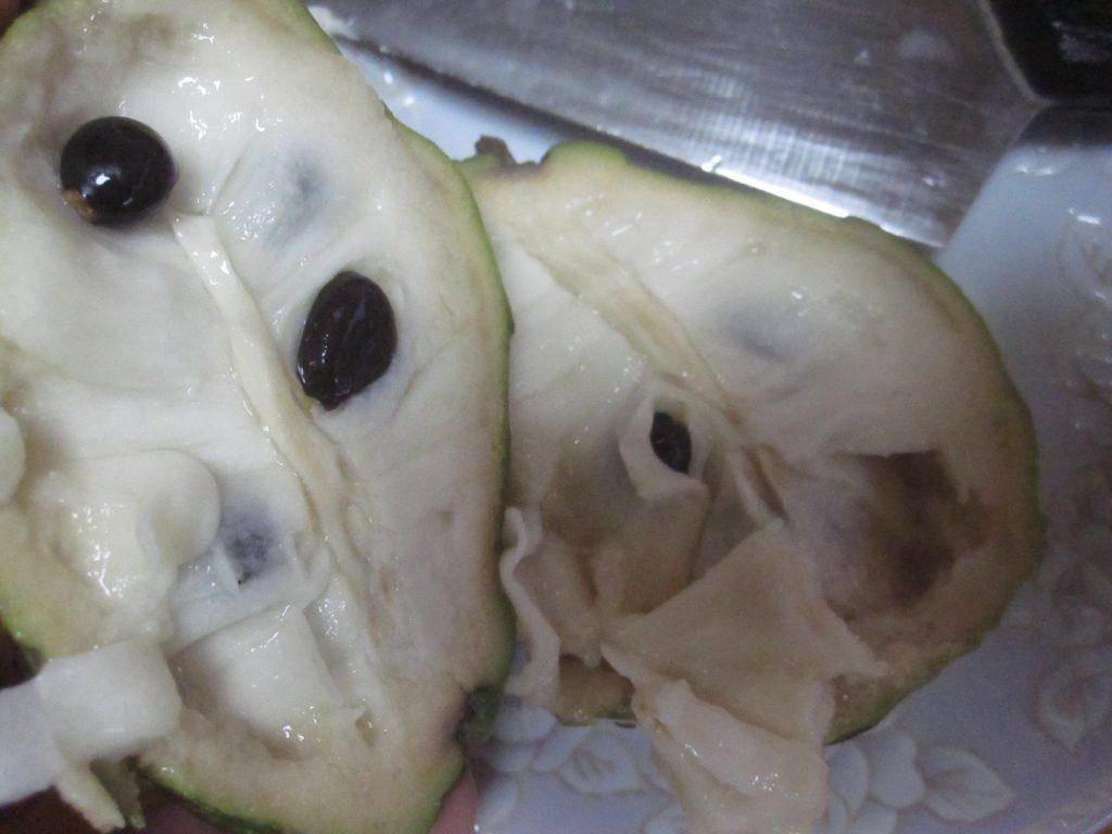 包丁で完熟したアテモヤを切る