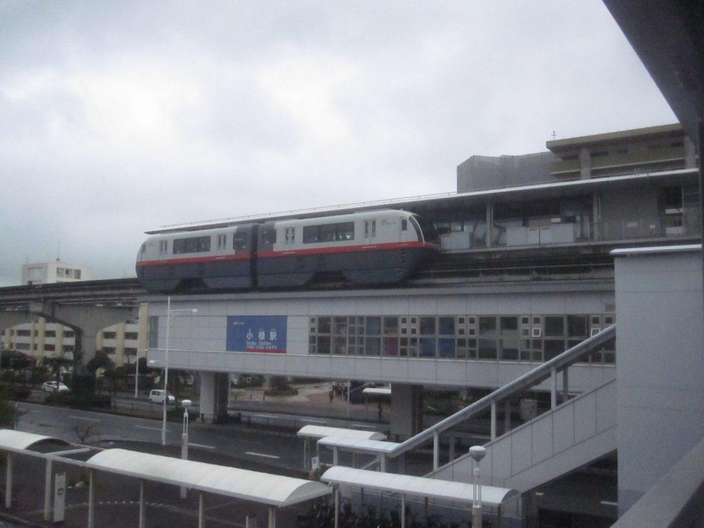 沖縄モノレール(ゆいレール)小禄駅から発車する車体の写真