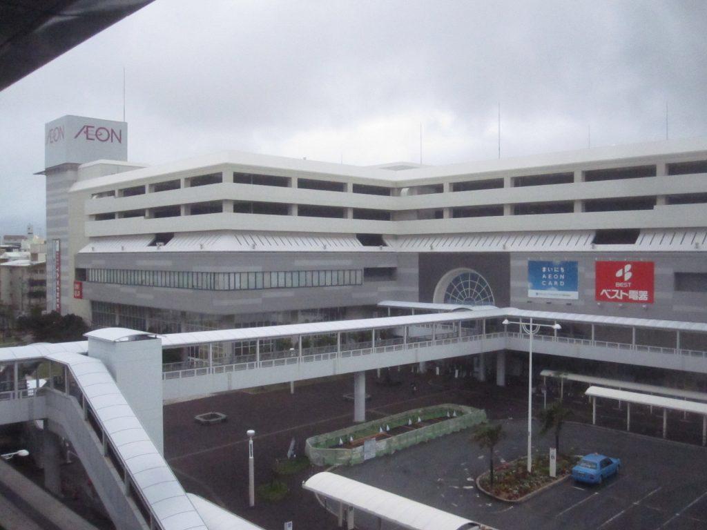 モノレール小禄駅のホームから那覇ジャスコを眺めた