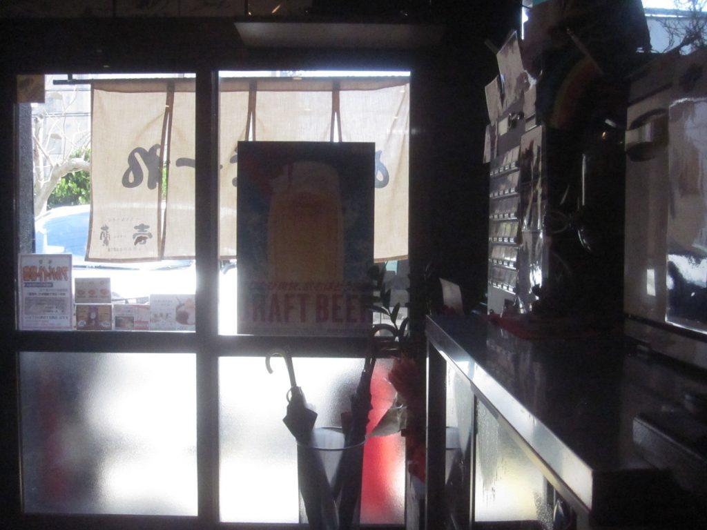 店内カウンター席から入り口を撮影した画像