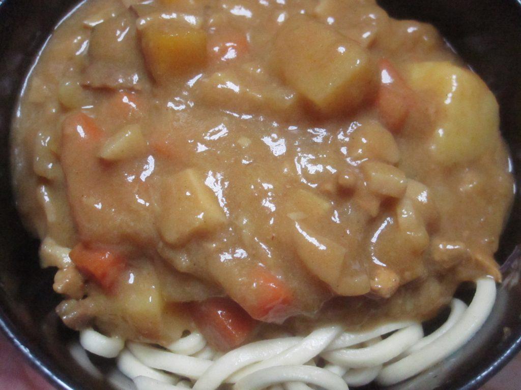 沖縄そば(茹で麺)にカレーをかけて完成した沖縄カレーそば!