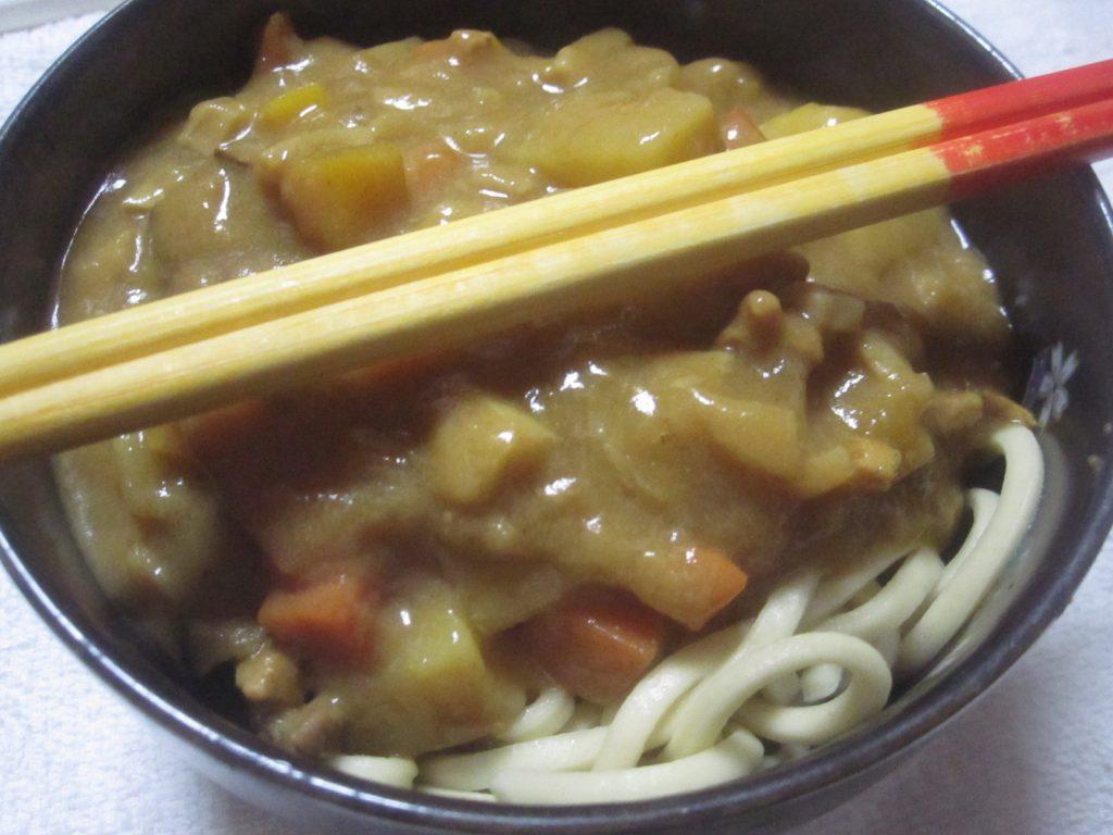 沖縄そば麺に残った・余ったカレーを乗せて食べる沖縄カレーそば(笑)