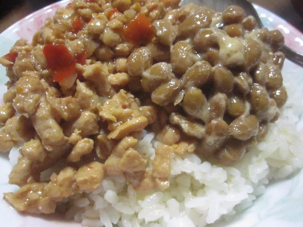 見た目は悪いけど味はバツグンに美味しい缶詰と納豆乗せご飯