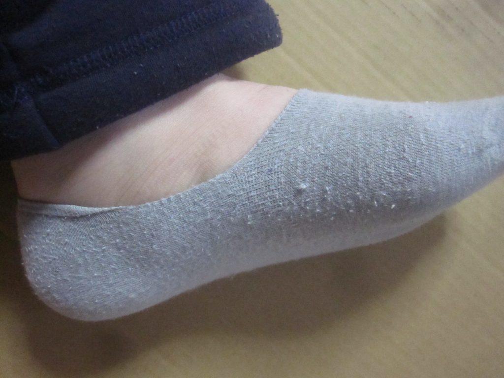 UNIQLO(ユニクロ)のベリーショートソックスを履いた状態の足