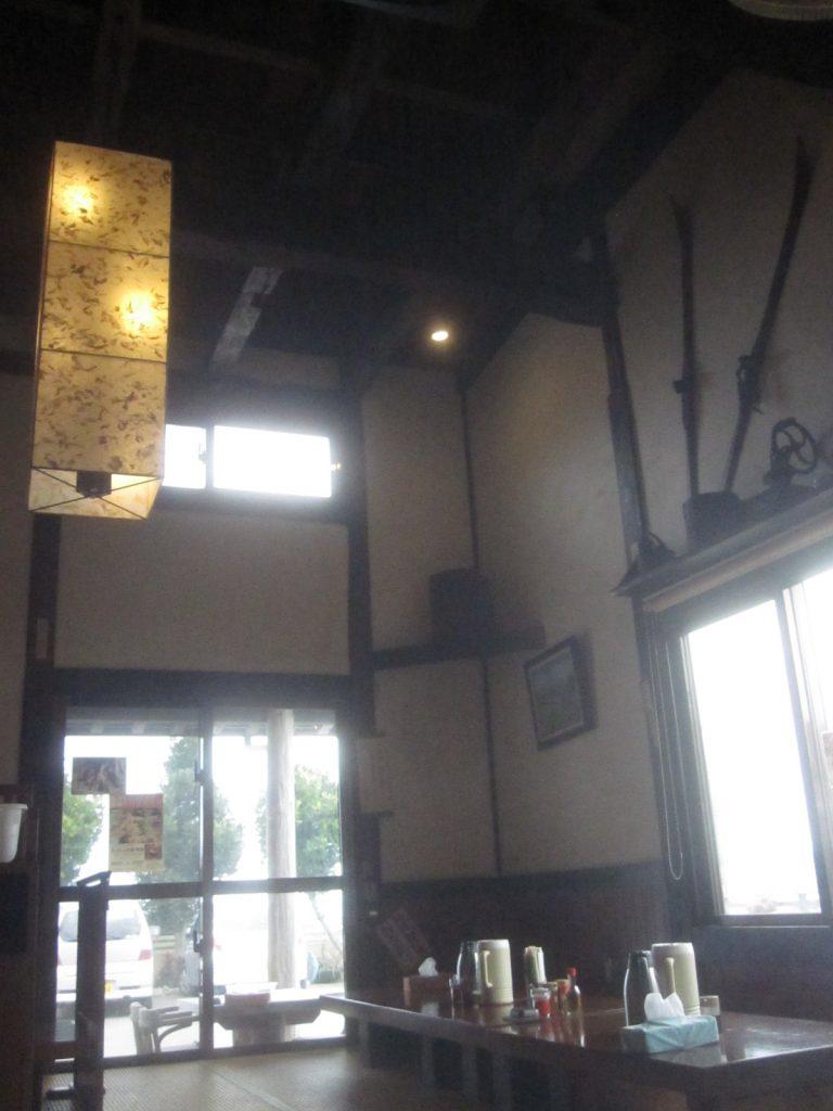 日本家屋特有の高い天井は圧迫感がなくて開放感を感じさせる