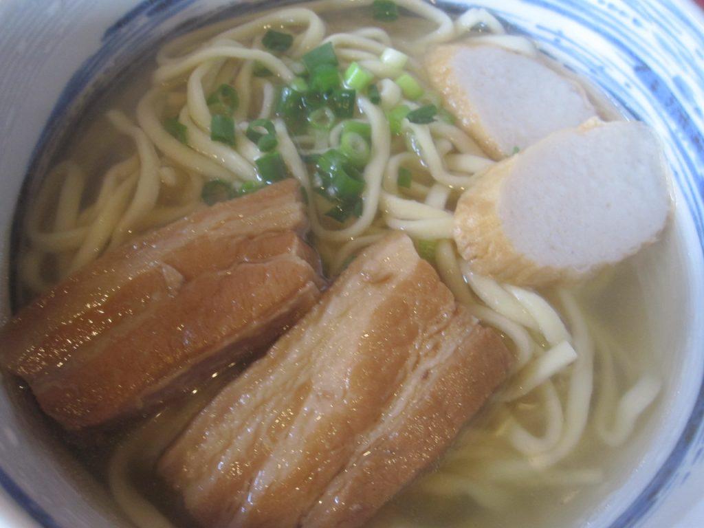 三枚肉とかまぼこが乗ったシンプルな沖縄そばも美味!