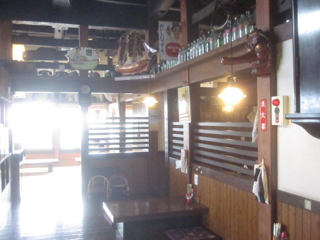 古民家食堂の店内は天井が高くて開放感があり、骨董?アンティーク品が飾られた趣ある空間になっていた
