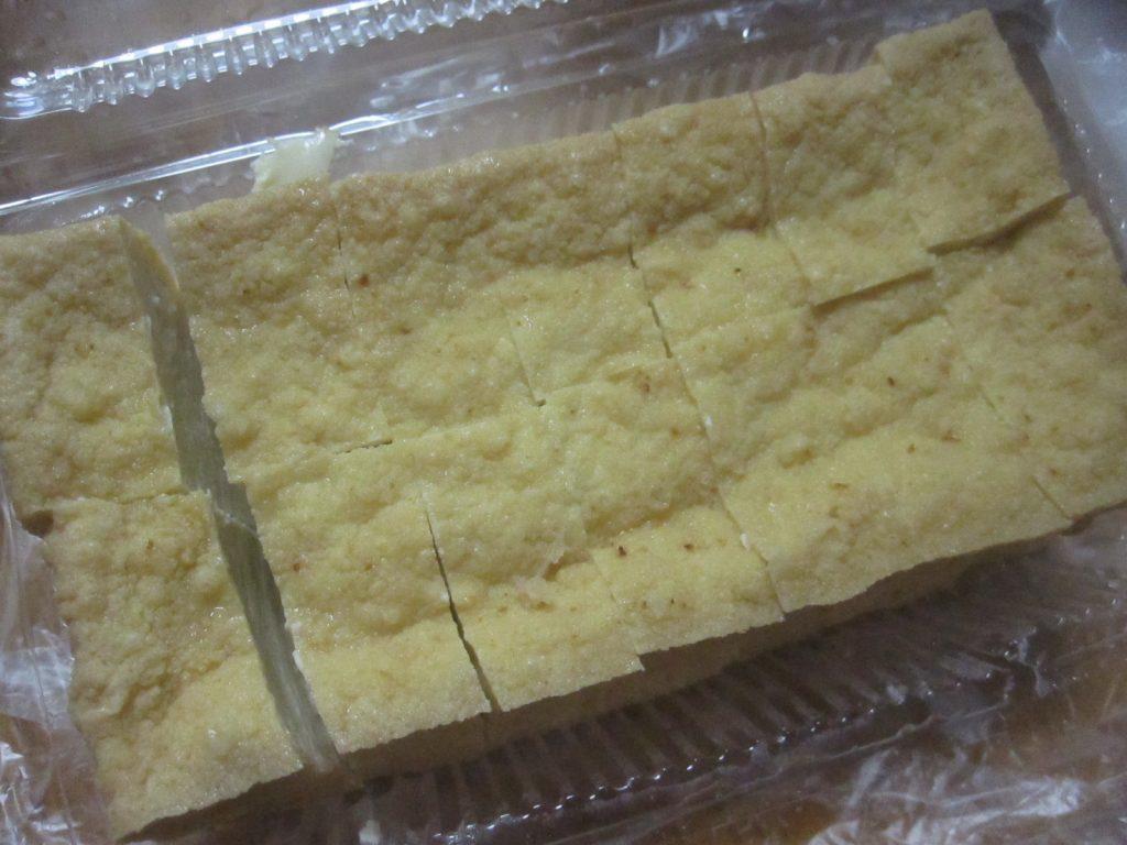 揚げ豆腐を包丁で食べやすい大きさ・サイズに切っていく