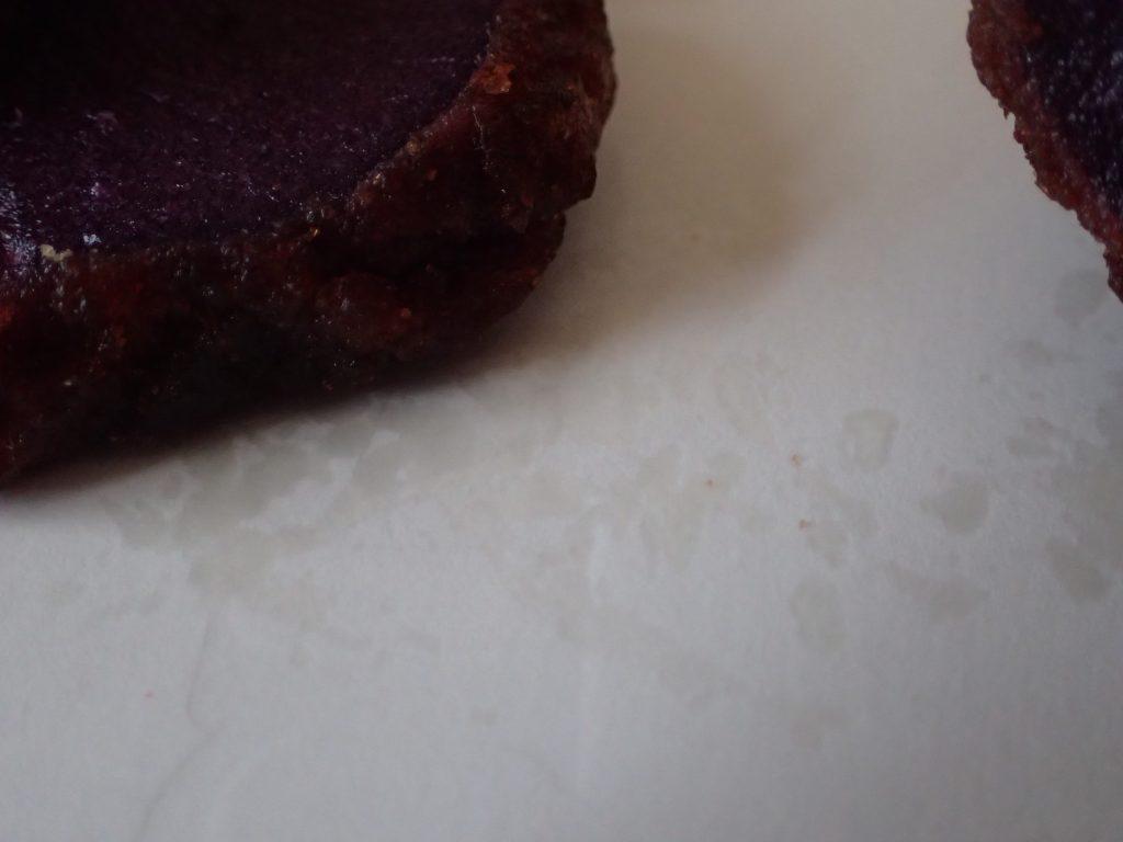 うむくじ天ぷらの油が、下に敷いた紙に移っている写真