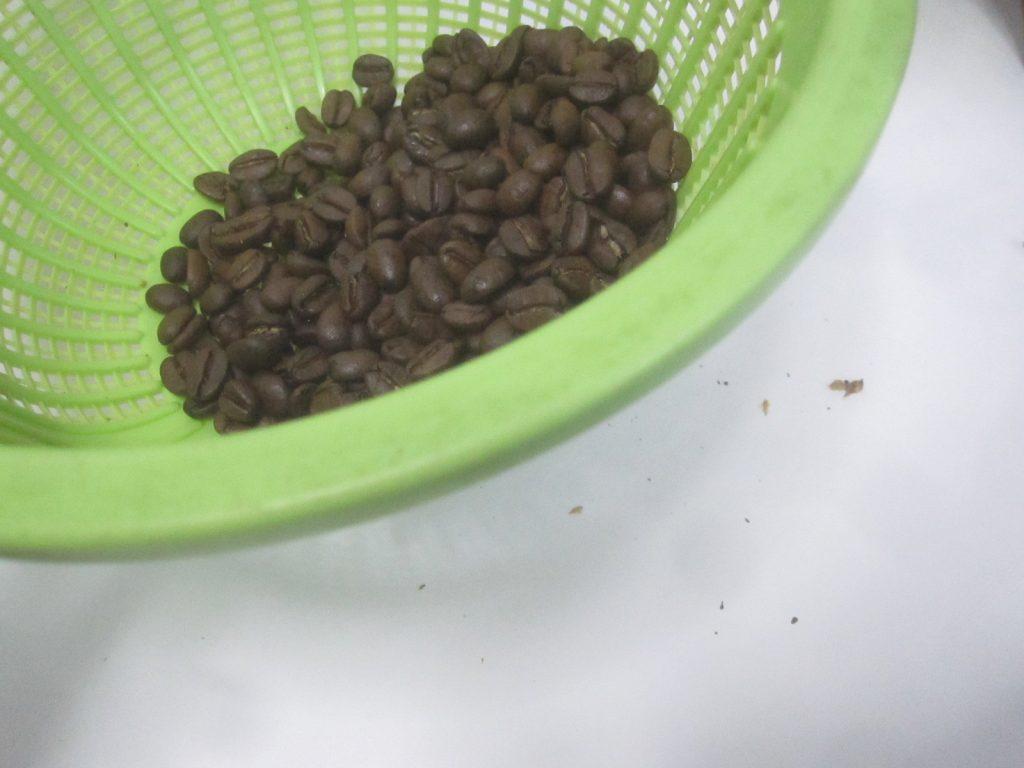 コーヒー豆をザルに入れて細かいカスやゴミを取り除く