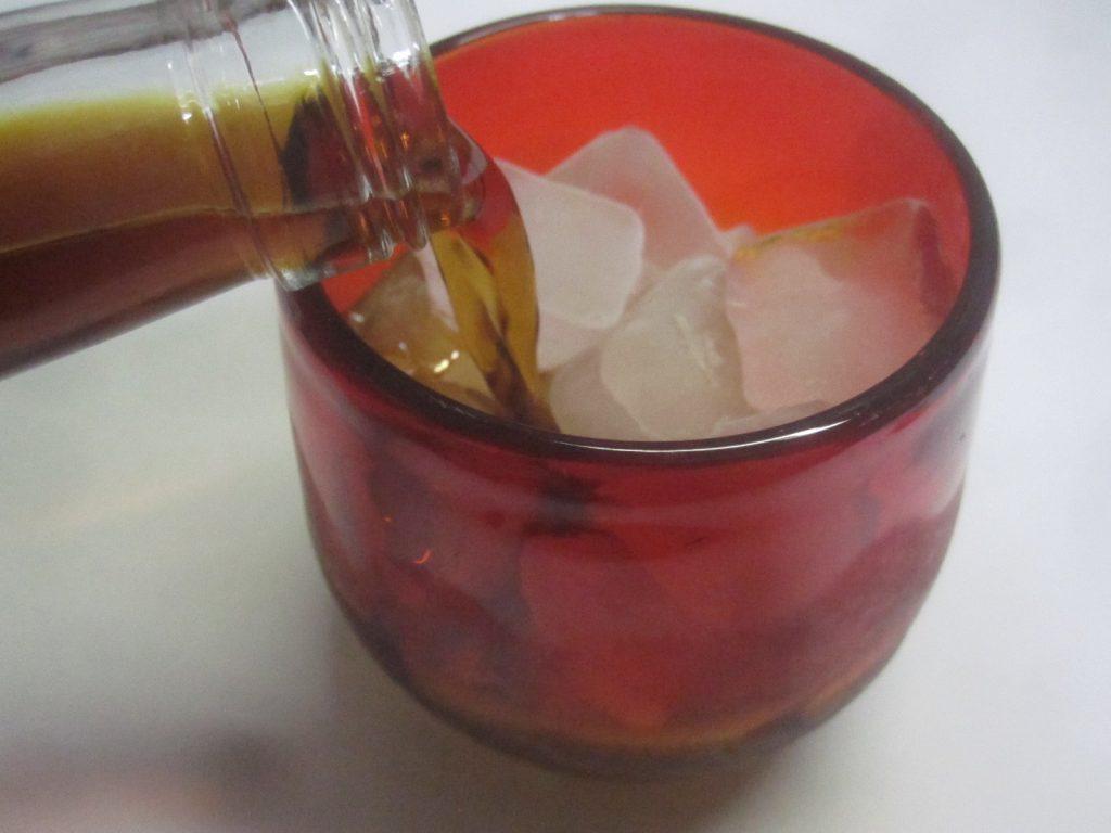 氷を入れた琉球グラスに珈琲泡盛を注ぎ入れる
