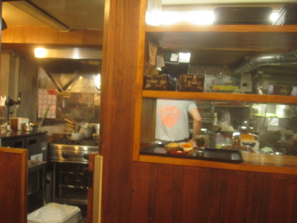 スタッフが忙しく動き回り活気がある厨房キッチンからは熱気が感じられる