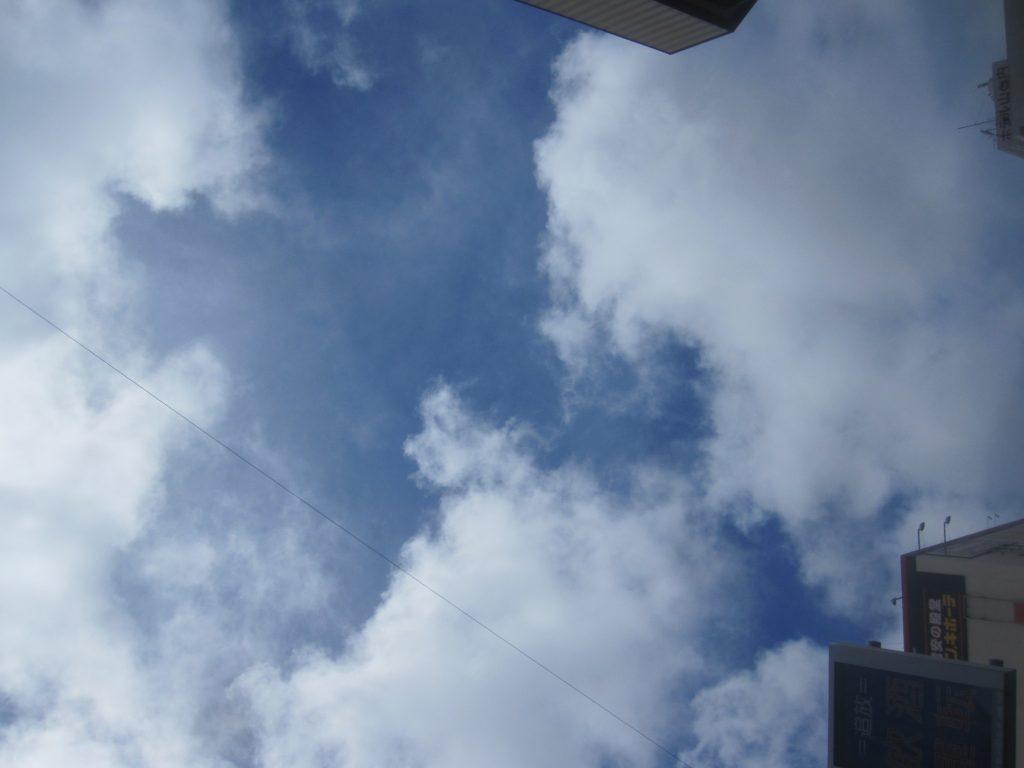 先日の豪雨から一転して快晴の梅雨明けした沖縄の青い空と白い雲