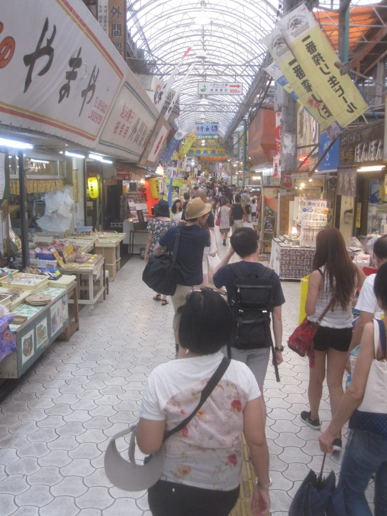 ドンキホーテ隣の市場本通りを歩くと日本語より中国語と韓国語が飛び交い活気が感じられた