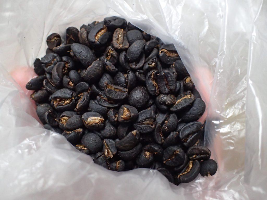 乾燥させたコーヒー豆からは泡盛と珈琲が混ざった香りが立ち上る