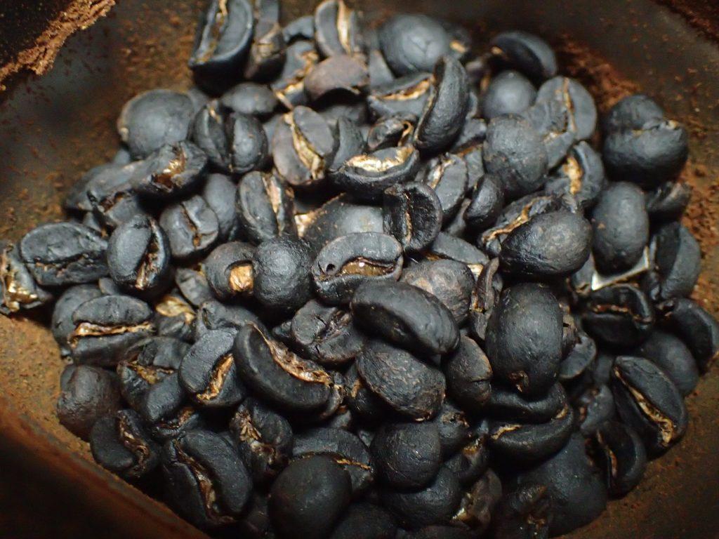 天日干し(陰干し)したコーヒー豆を電動ミルで挽く