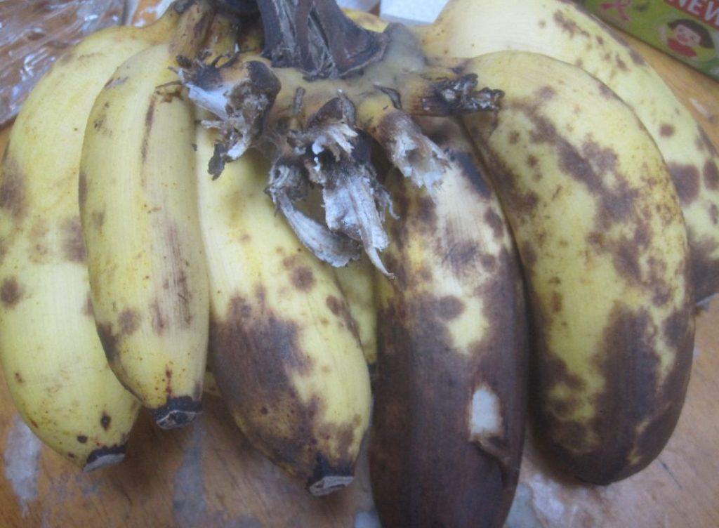 皮が黒ずんできた沖縄島バナナ