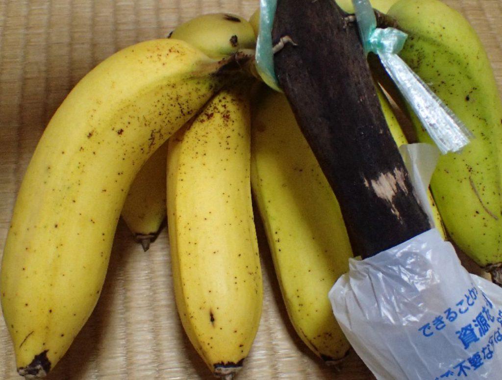 島バナナの皮が黄色くなって熟してきた