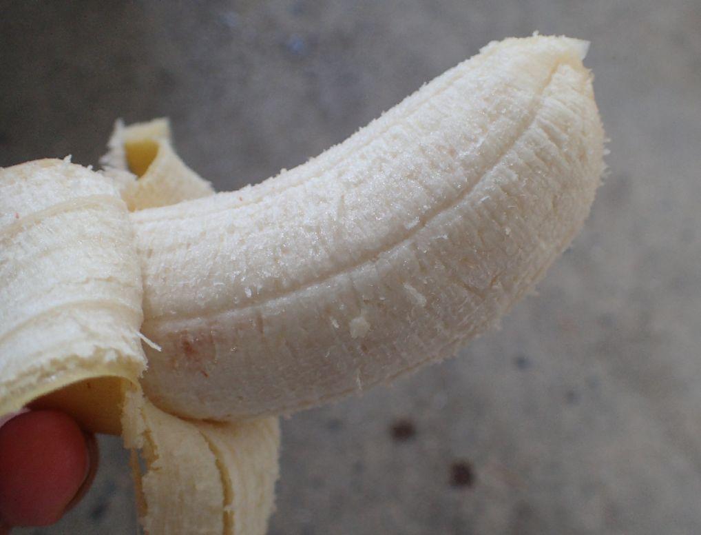 皮を剥いてみると、斑点はなく真っ白でキレイな、そして味も濃厚で美味しいバナナだった