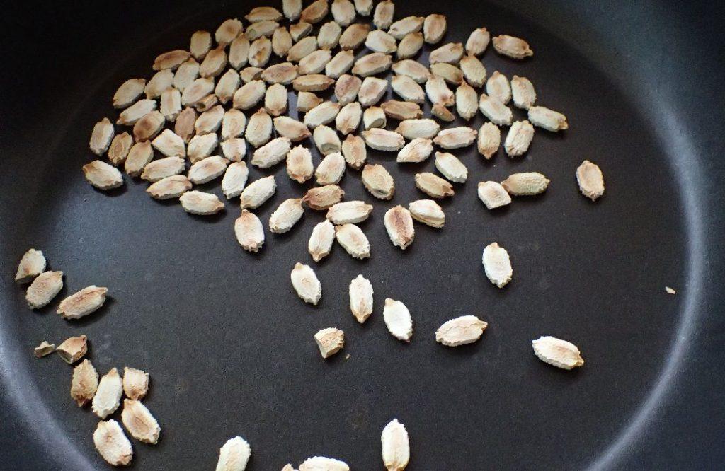 ゴーヤーのタネ・種子をフライパンで乾煎りする様子