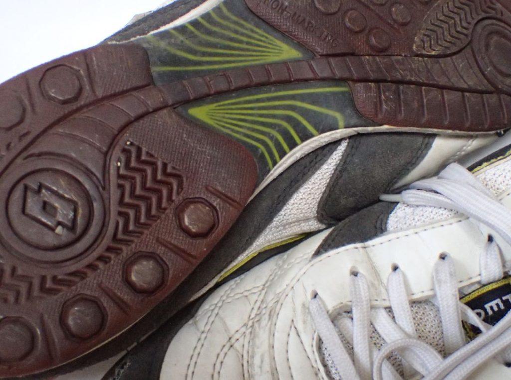 カッチカチに固く硬化した靴底ソール