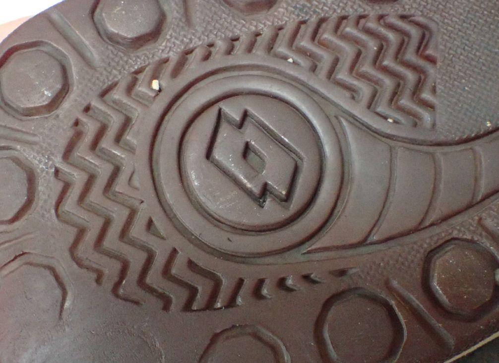 石のようにカチコチに固まった靴底ソール