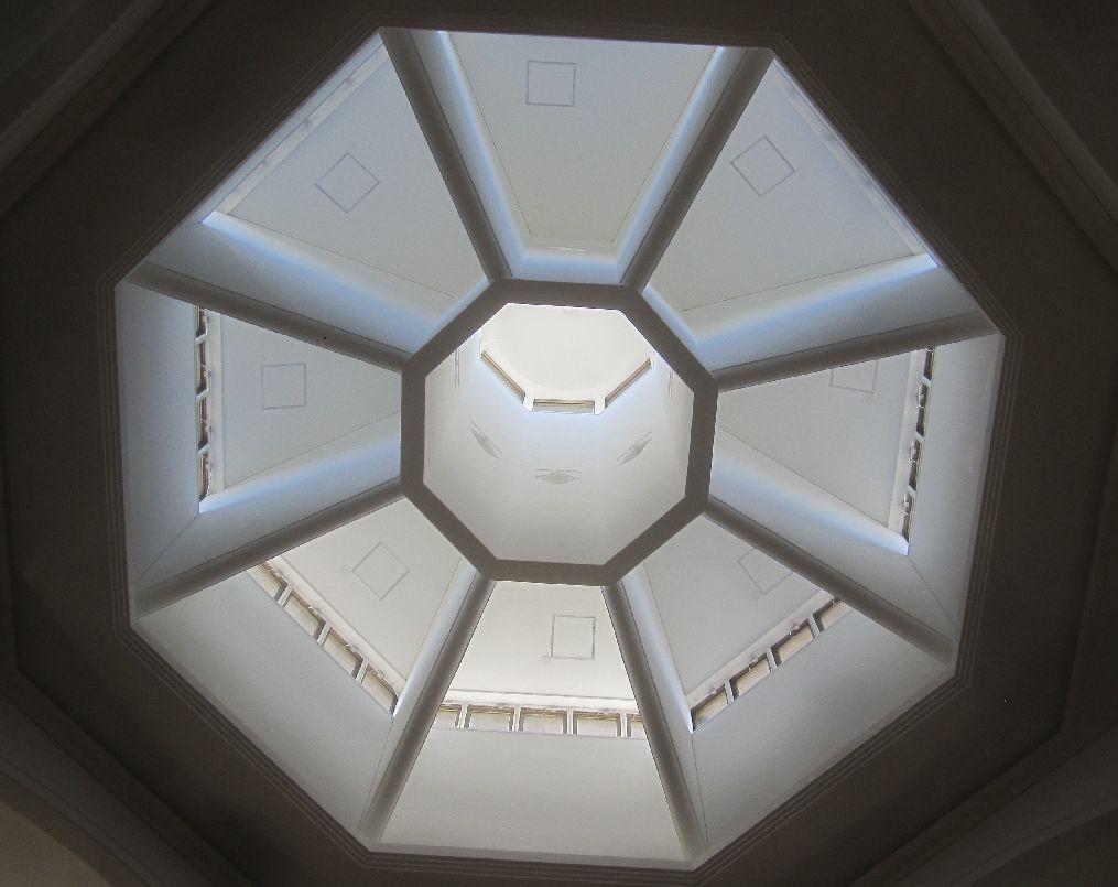 浦添美術館の受付ホール天井を見上げた図