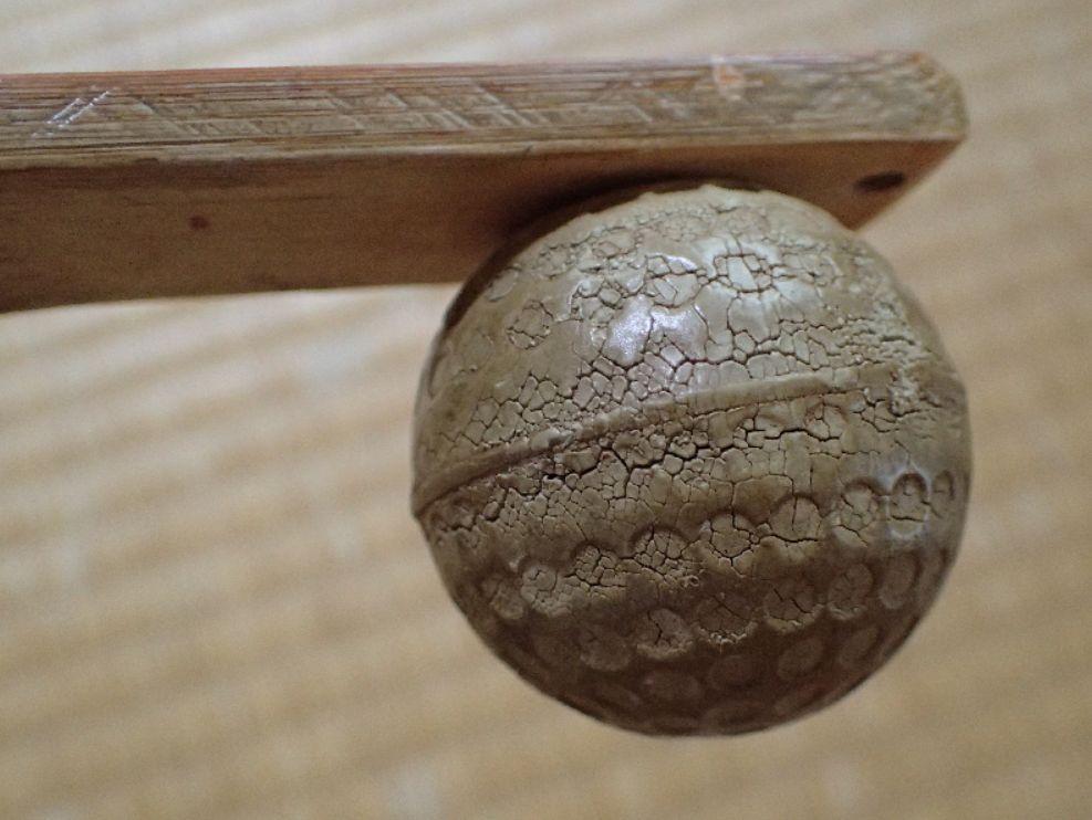 肩叩き用のゴルフボールは乾燥してヒビ割れしている