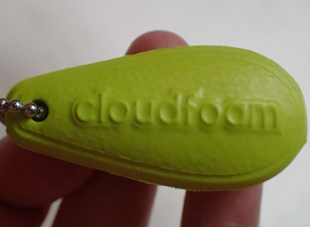 靴紐に通っていた「cloudfoam」文字が入った謎の黄色ストラップ