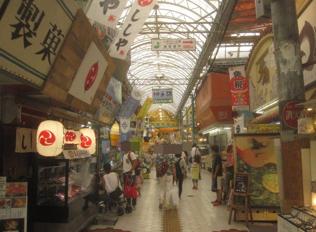 地元の沖縄県民や観光客で賑わう牧志公設市場へ続く市場本通り