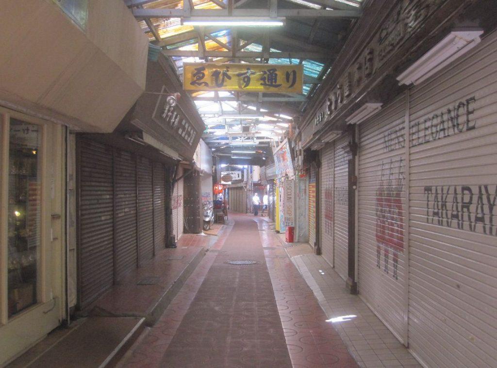 換算としたシャッター街と化した那覇市内の通り