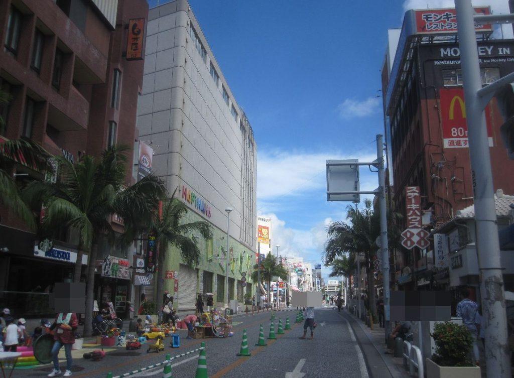 日曜日は歩行者天国・トランジットモールで賑わう那覇市国際通り
