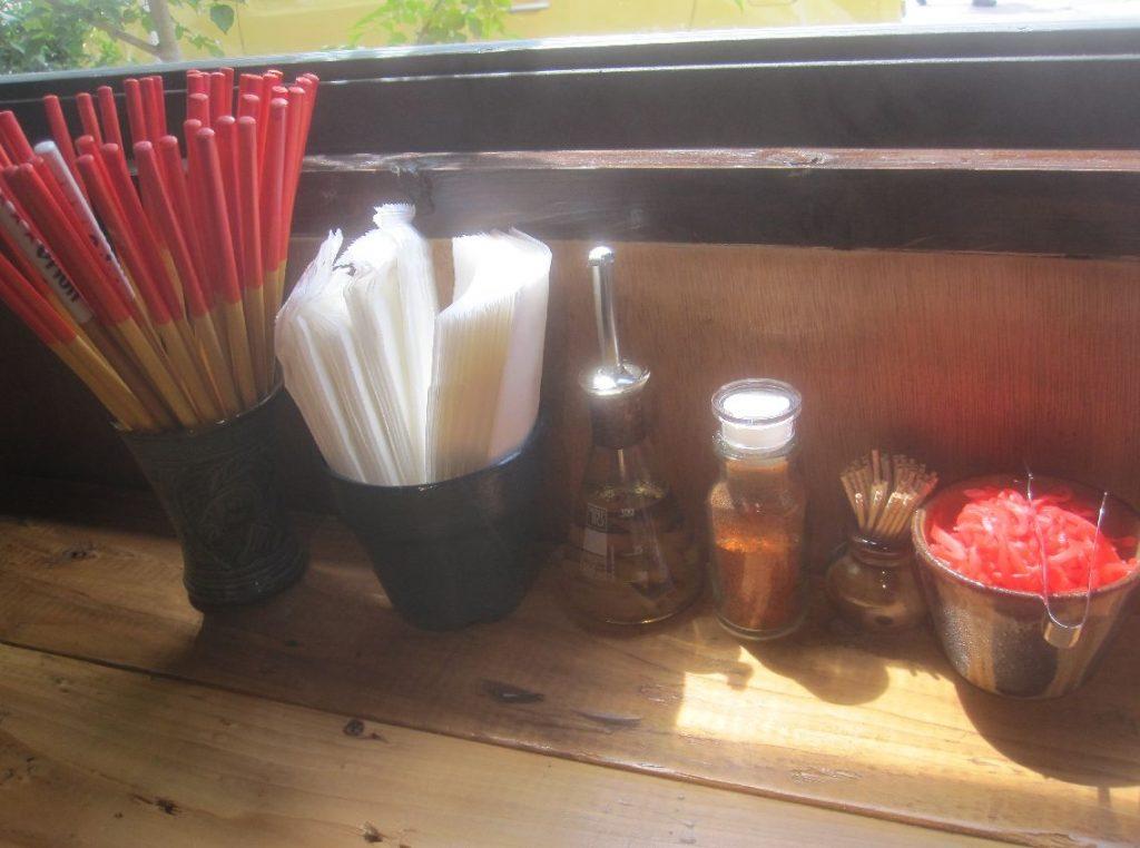 カウンター席の上に用意された箸や各種調味料