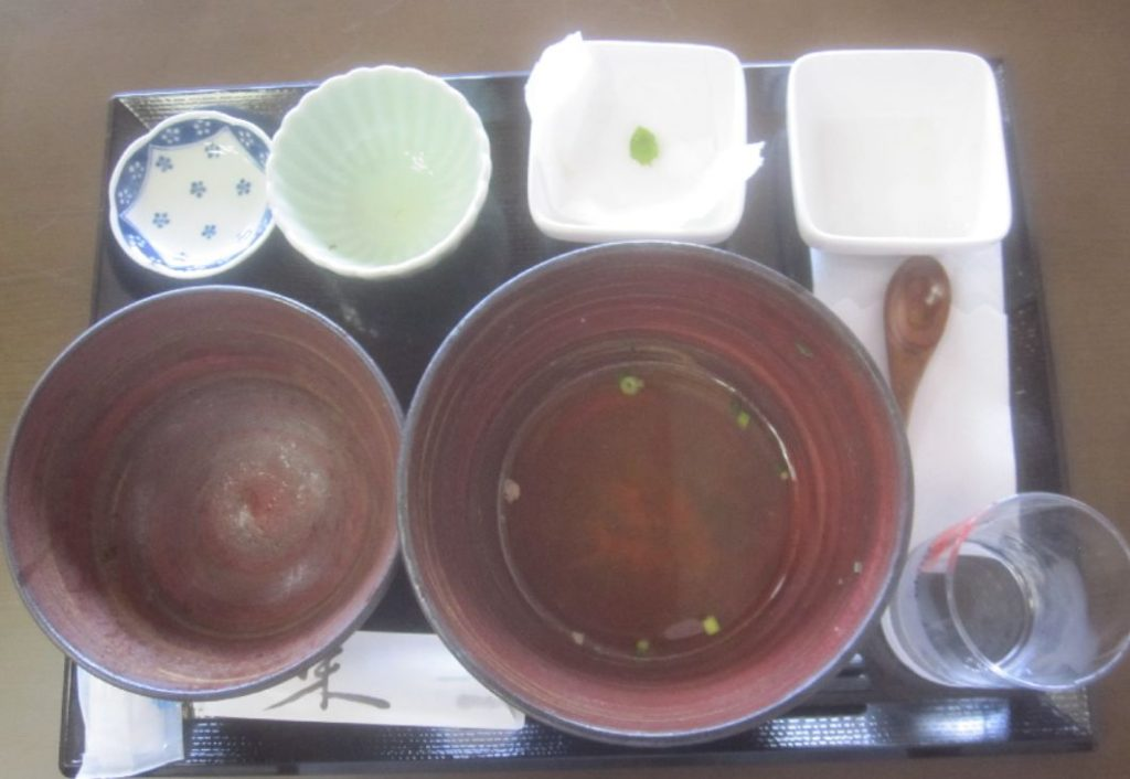 全ての料理を完食して空になった器の写真
