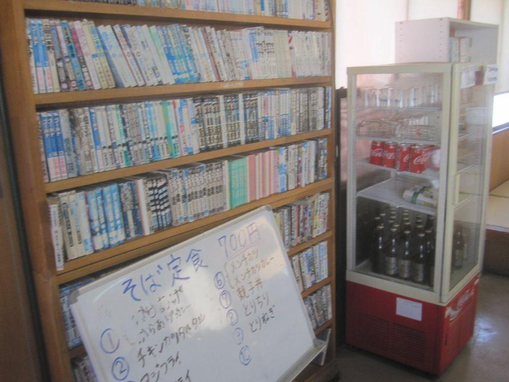 伊覇そば店内の漫画などが置かれた書棚