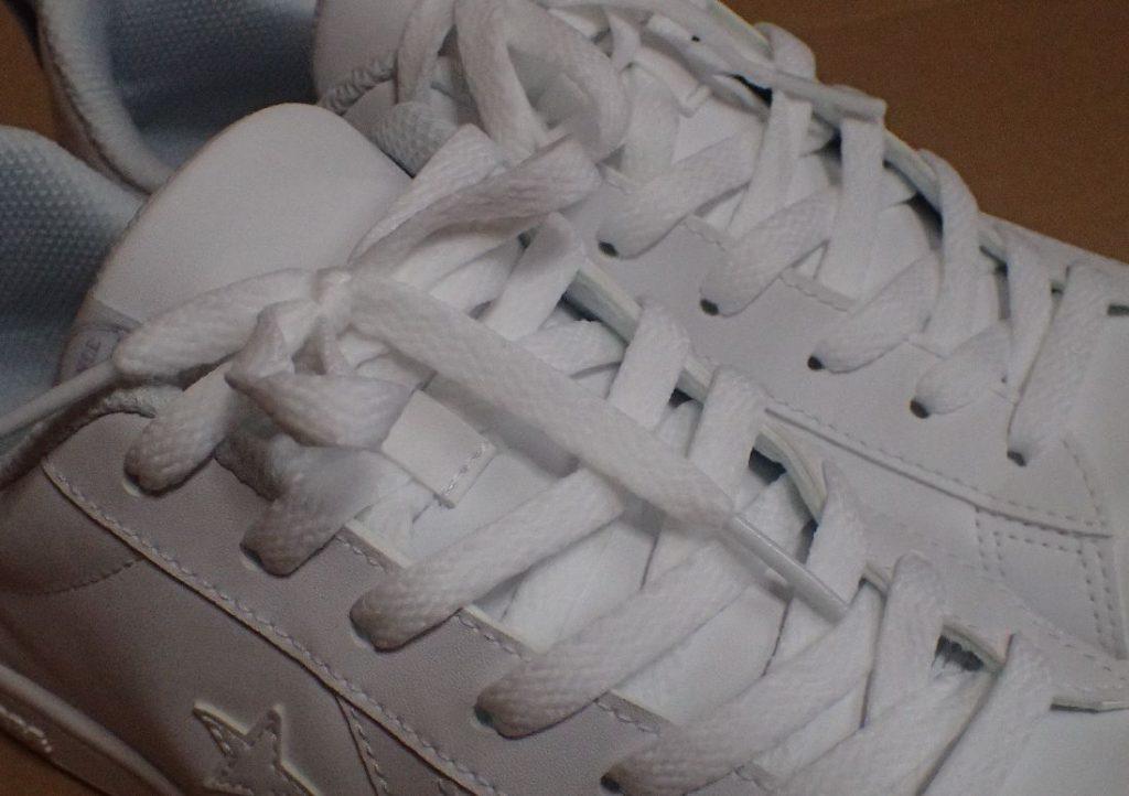 コンバースの白いスニーカー