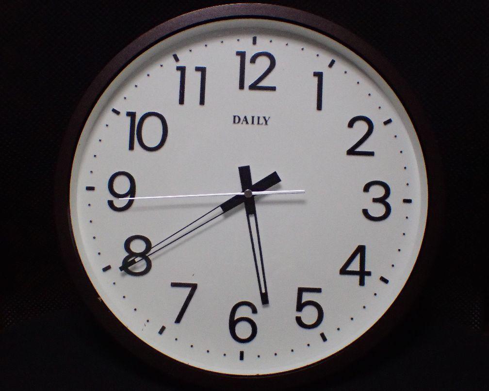 時刻を指す針が止まった壁掛け時計の写真